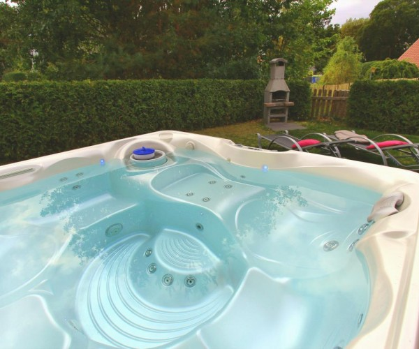 Eigener Außenwhirlpool im Garten (ganzjährig 38 °C)