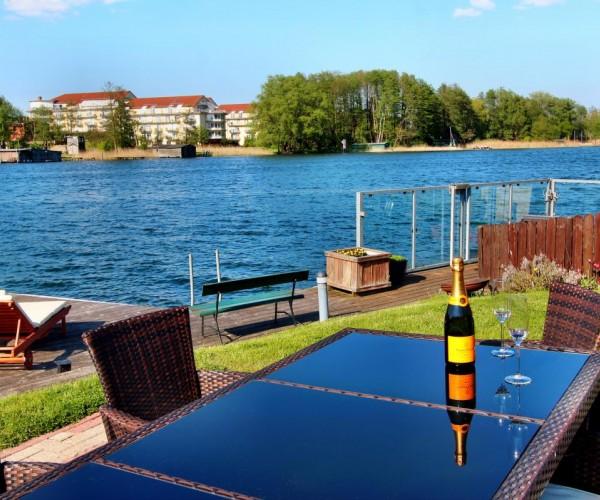 Sonnenterrasse mit Steg & Badeleiter zum See
