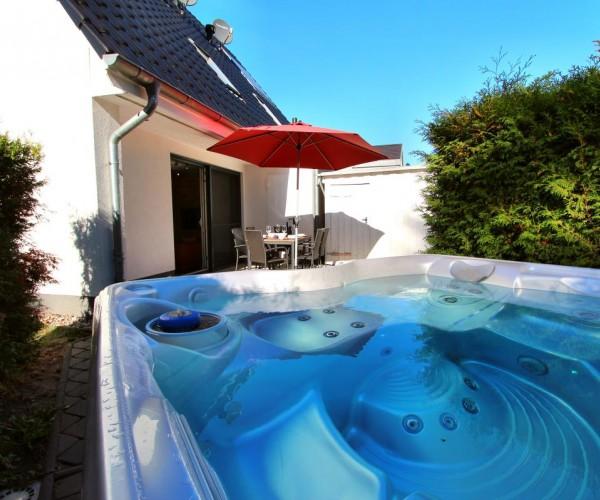 Eigener Außenwhirlpool in Garten (ganzjährig 38 °C)